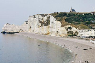 Blick auf die Steilküste mit der Kapelle