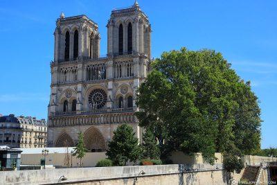 Blick auf die eingezäunte Kathedrale Notre Dame