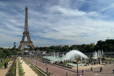 View of the Warsaw Fountain and Eiffel Tower