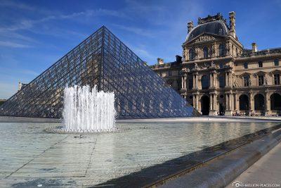 Der Louvre mit der Glaspyramide im Mittelpunkt