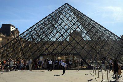 Der Haupteingang zum Louvre Museum