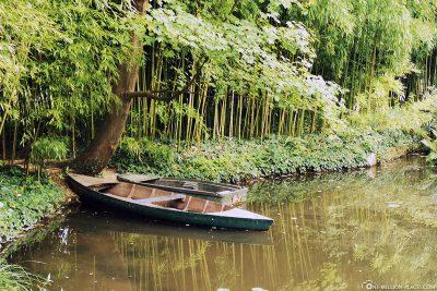 Teich mit kleinem Boot
