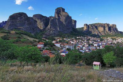 Blick auf die Stadt und die Felsen von Meteora