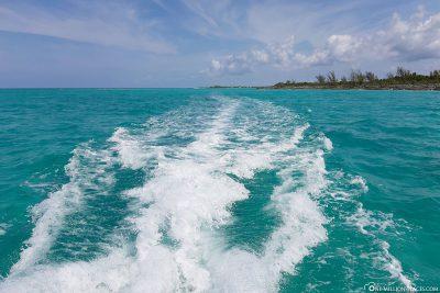 Fahrt durch das türkisblaue Wasser der Bahamas