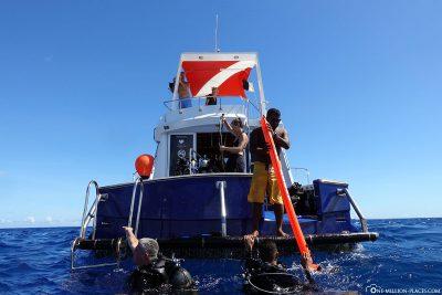 The dive boat Ekina