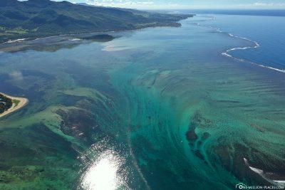 Die Illusion vom Wasserfall im Meer