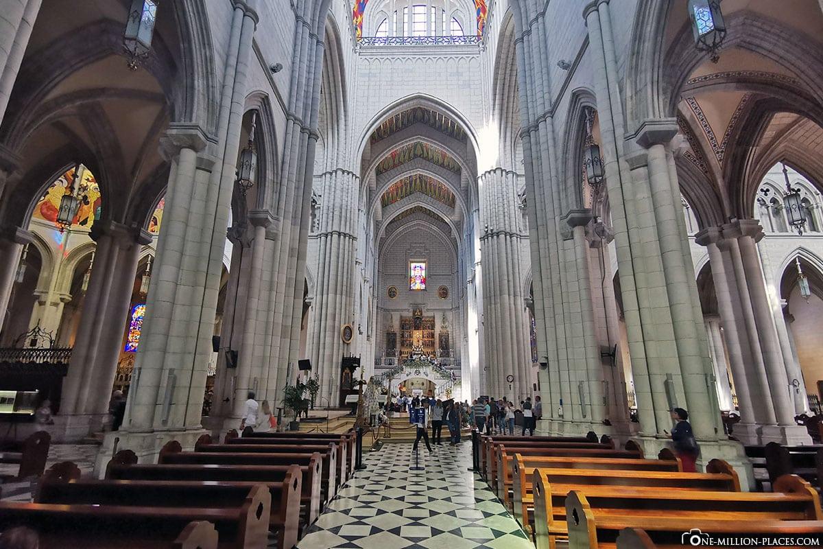 Altar und Hauptschiff, Almudena Kathedrale, Madrid, Kirche, Spanien, Sehenswürdigkeiten, Fotospots, Reisebericht