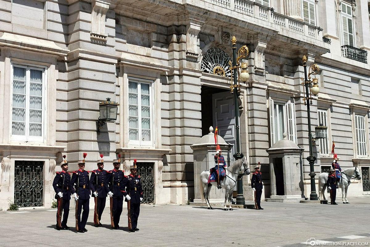 Wachen, Königliche Palast, Madrid, Sehenswürdigkeiten, Stadtrundgang, Reisebericht