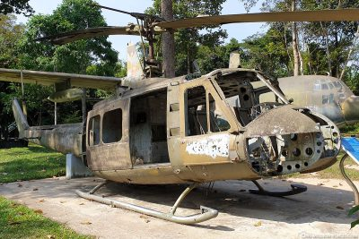 Ein alter Helikopter Bell UH-1