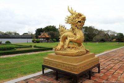 Goldene Drachenstatue