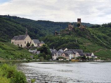 Die Burg Metternich über dem Ort Beilstein