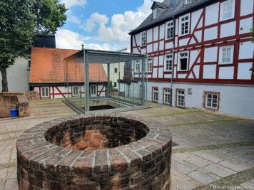 Schaukasten über den Resten einer früheren Synagoge