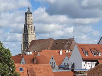 Blick von der Stadtmauer auf die St.-Georgs-Kirche