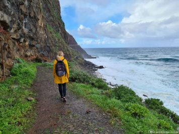Wanderweg an der Küste von Sao Jorge