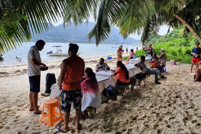 Essen am Strand von Cerf Island