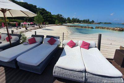 Blick vom Pool auf den Strand